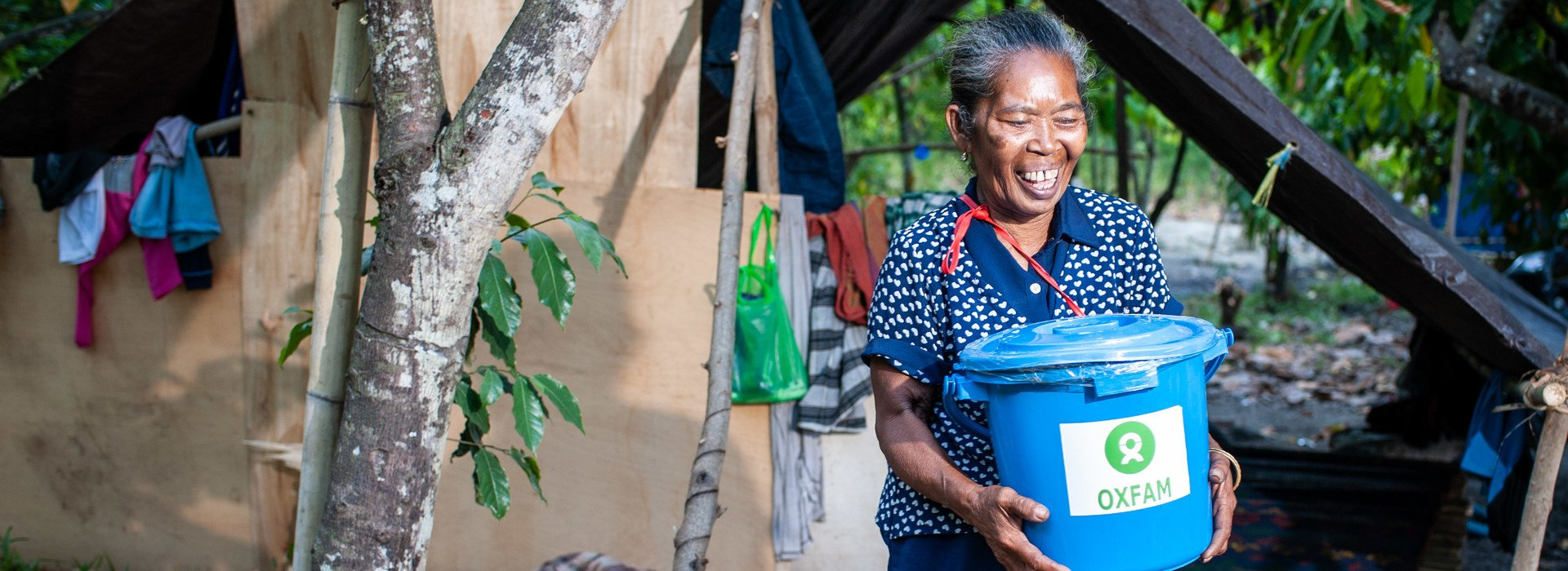 A 62-year-old woman received a hygiene kit from Oxfam in Dolo Seletan district where it is outside of Palu. (Photo: Hariandi Hafid/OxfamAUS)