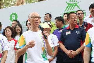 Wong Kam Sing, Secretary for the Environment encouraging Trailwalkers at the Oxfam Trailwalker 2018 kick-off ceremony.