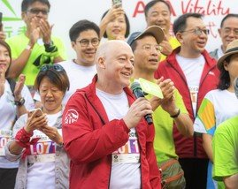 Peter Crewe, Chief Executive Officer of AIA Hong Kong and Macau, giving his support to walkers at the Oxfam Trailwalker 2018 kick-off ceremony.