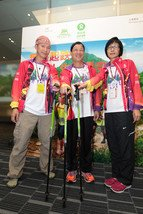 Michael Ng (left, hearing-impaired trailwalker), Kim Mok (middle, visually-impaired) and Alsa Kwok (right, visually-impaired), members of Fearless Dragon team, believed that a loss of sight is not a loss of view, and a loss of hearing is not a loss of perseverance. They will take the grueling trail as a demonstration of their own strength and as a challenge against their physical limitation, with a view to promote the integration of people with and without disabilities.
