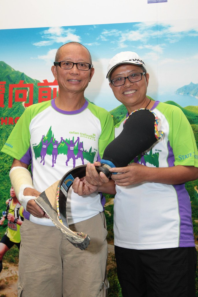 Fung Kam Hung (left), amputee trailwalker who will participate in Oxfam Trailwalker for the third time, thanked the support from his wife (right) and hoped to achieve even better record.