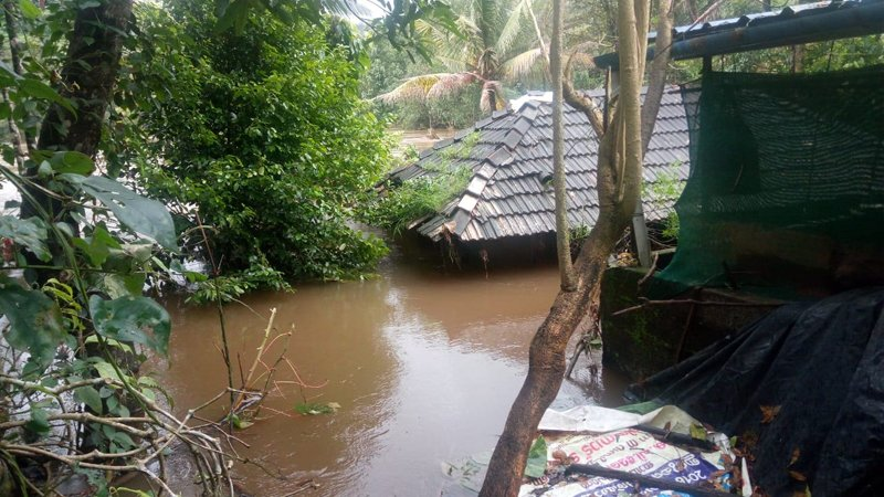 Kerala, a southern Indian state, has been seriously affected by the floods; water levels now reach the rooves of houses. (Photo: Oxfam India)