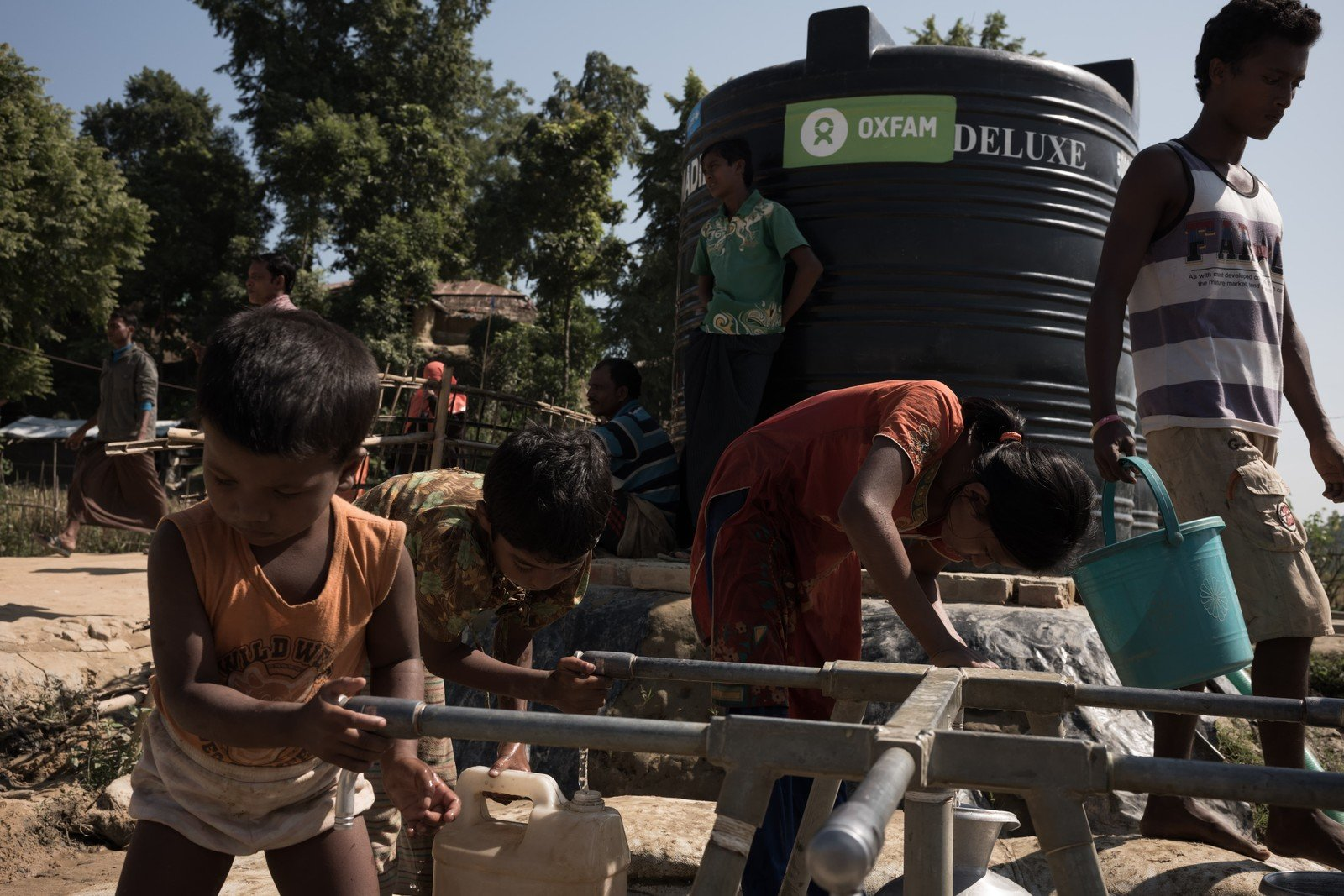 At Unchiprang refugee camp, Oxfam is installing water tanks and pipes to supply 45,000 litres of water to 15,000 people every day. (Photo: Ko Chung Ming/Oxfam)