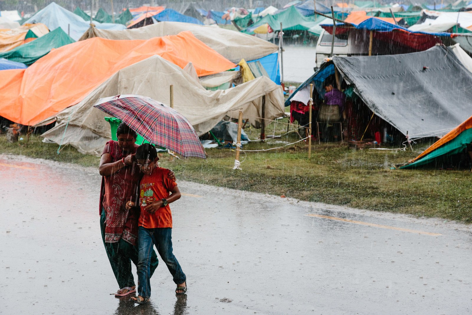 Worried about aftershocks, earthquake survivors were forced to sleep out in the open for days. Heavy rain has also made their situation more difficult. (Photo: Aubrey Wade / Oxfam)