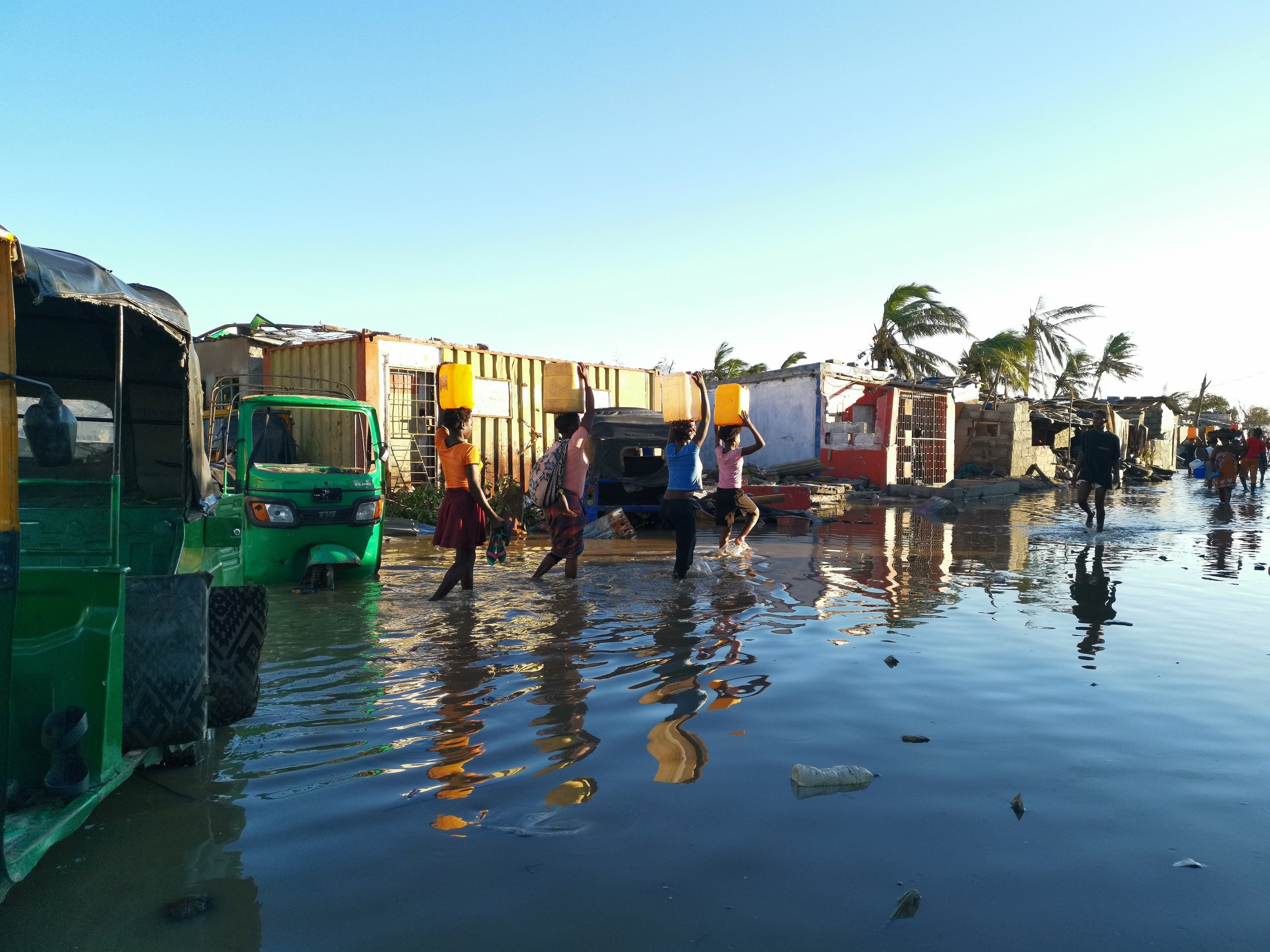 Survivors of Cyclone Idai in Beira, Mozambique, face water and electricity shortages and are at risk of waterbourne diseases carried in contaminated flood water. (Photo: Sergio Zimba/Oxfam)
