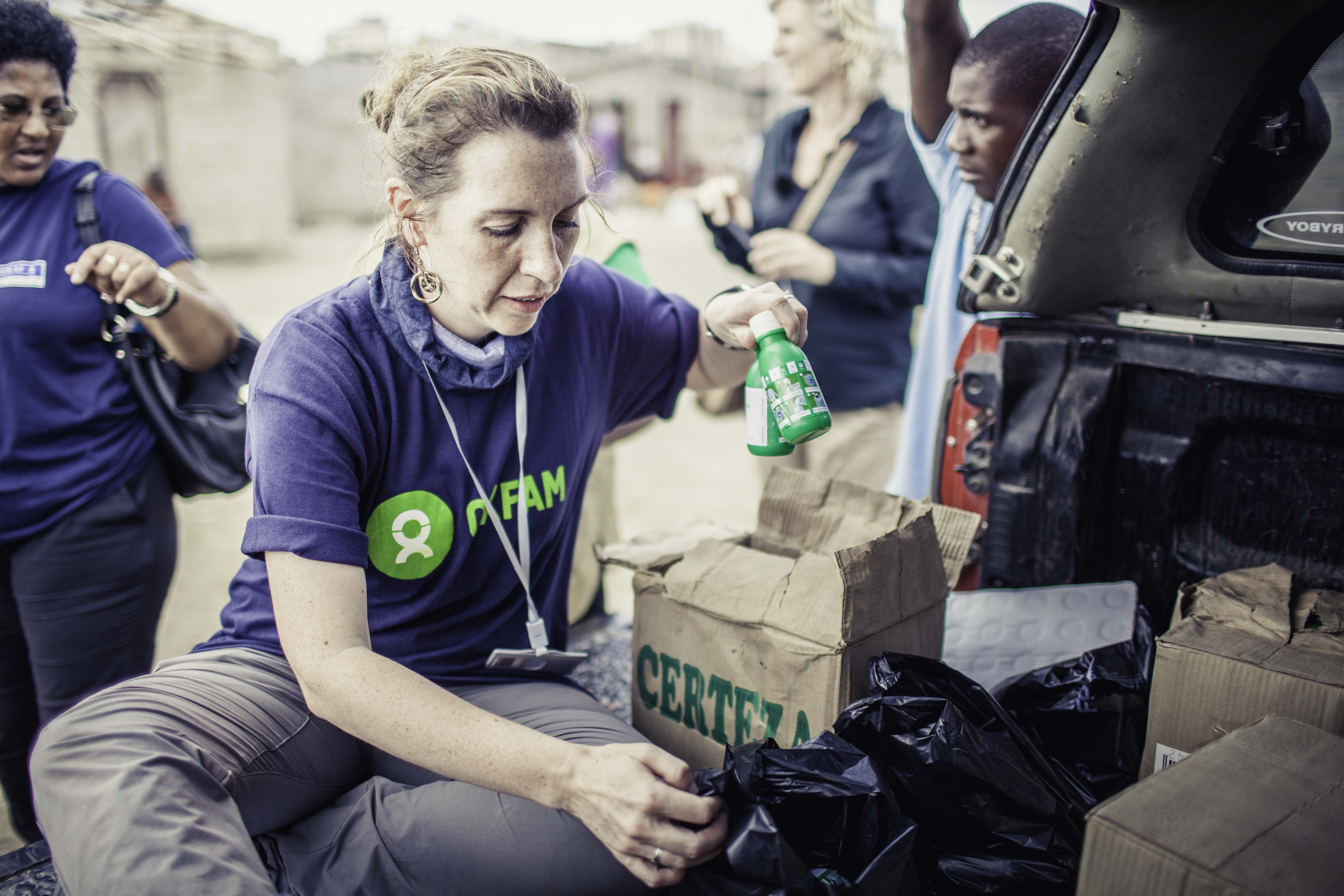 Michelle, public health promotion advisor, packing chlorine bottles for households in Mozambique. One drop will disinfect a jerry can of 20 litres of water. (Photo: Micas Mondlane / Oxfam Novib)
