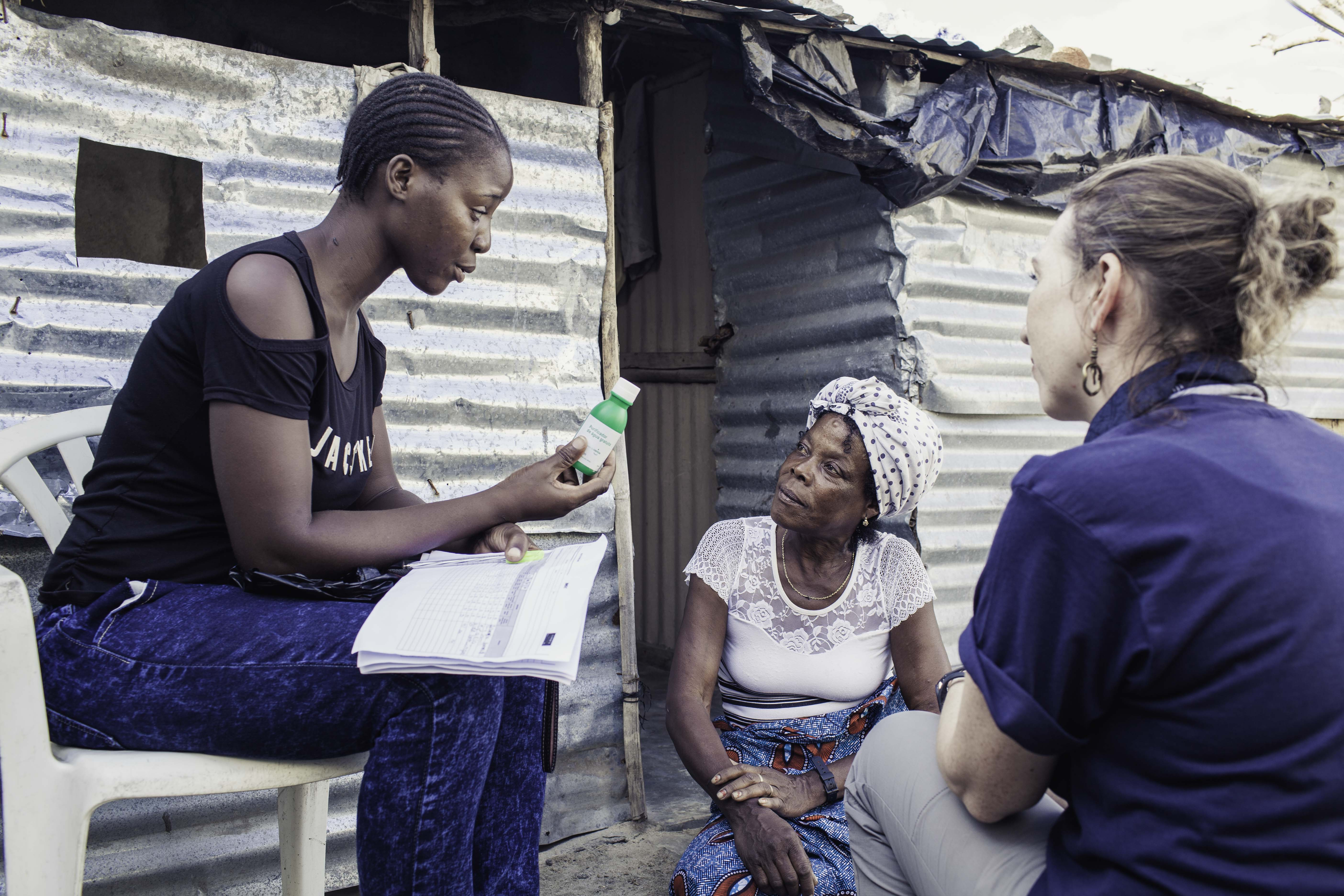 Oxfam is working alongside the Ministry of Health and has already trained 64 'activistas' – community mobilisers – who are working now to give vital health information to local people, including what to do if they suspect family or friends are infected. (Photo: Micas Mondlane / Oxfam Novib)